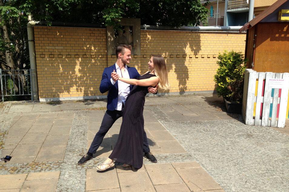 Paul Noack, professioneller Tänzer aus Hoyerswerda – Groß Neida (jetzt Leipzig) probt mit Hoyerswerdas City-Managerin Belinda Grellmann im Fließhof ein paar Schritte, ob der Untergrund geeignet ist für die Tanzkurse beim Altstadt-Boulevard.