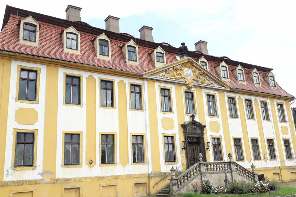 Von außen und mit etwas Abstand sieht das Seußlitzer Schloss noch gut aus. Finden sich Interessenten, wenn es vielleicht noch in diesem Jahr möglicherweise versteigert werden soll?