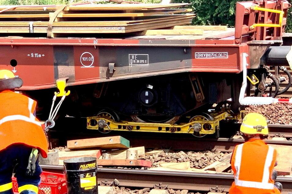 Der defekte Güterwagen steht noch auf dem Heidenauer Bahnhof. THW-Helfer sind vor Ort.