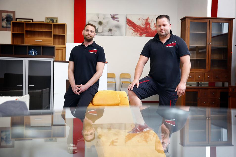 Nico Scholze (l.) und Mario Mark bieten Umzüge und Haushaltsauflösungen an. Für ihren An- und Verkauf an der Nordstraße brauchten sie mehr Platz. Den fanden sie in der benachbarten Ruine, die sie sanierten.