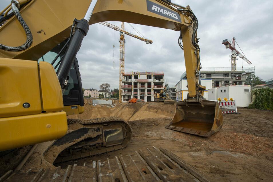 Auf dem ehemaligen Glasinvest-Areal in Radebeul-Ost werden die Gruben für den zweiten Bauabschnitt ausgehoben. Bis Ende 2022 sollen die Wohnungen und Gewerberäume stehen.