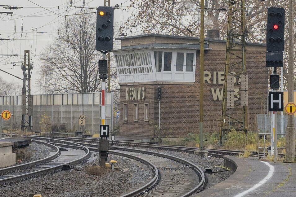 Das Stellwerk W3 wurde 1966 im Zusammenhang mit dem Neubau der Eisenbahnbrücke gebaut und steht unter Denkmalschutz.