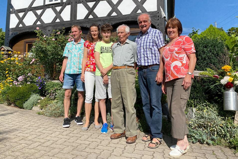 Am Sonntag feierte Wilhelm Morche (Mitte) seinen 100. Geburtstag. Er feierte mit seiner Familie - mit Tochter, Enkelin und Urenkel.
