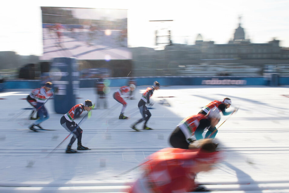 Und los geht's. Das Team-Sprint-Finale der Männer - erwartungsgemäß ohne deutsche Beteiligung.