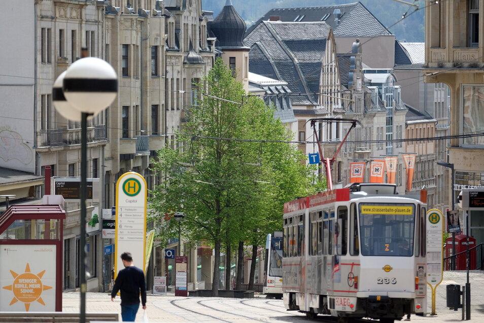 Blick in die Innenstadt von Plauen. Angesichts sinkender Corona-Infektionszahlen ist in Kindertageseinrichtungen im Vogtland wieder ein eingeschränkter Regelbetrieb mit festen Gruppen möglich, Schulen dürfen im Wechselmodell öffnen.
