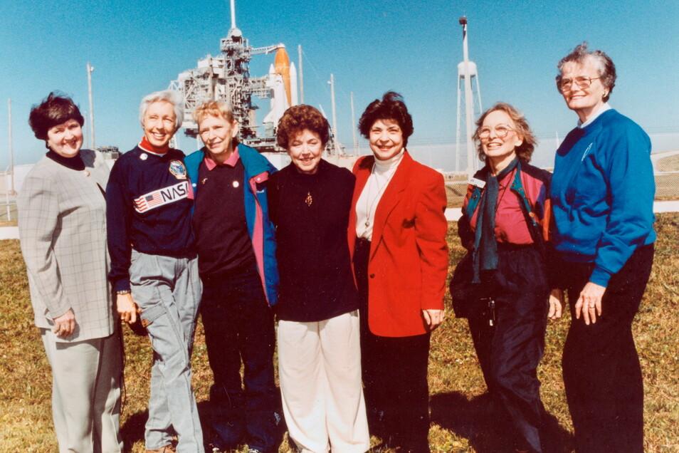 Die Mitglieder der Mercury 13: Gene Nora Jessen (l-r), Wally Funk, Jerrie Cobb, Jerri Truhill, Sarah Rutley, Myrtle Cagle und Bernice Steadman, wohnen einem Shuttle-Start in Florida bei. Funk und die anderen Frauen durchliefen in den 1960er Jahren das Ast