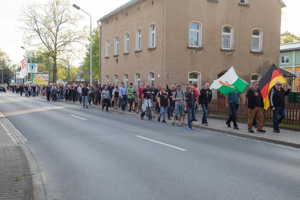 Auch in Bischofswerda versammelten sich Menschen, um gemeinsam zu protestieren und durch die Innenstadt zu ziehen: angeführt von zwei Stadträten der AfD (je mit Fahne).