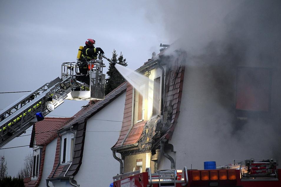 Ohne Drehleiter wären Gebäudebrände wie hier in der Leisniger Sonnenstraße oder zuletzt im Ortsteil Kalthausen nicht zu bekämpfen. Deshalb muss auf die Technik Verlass sein.