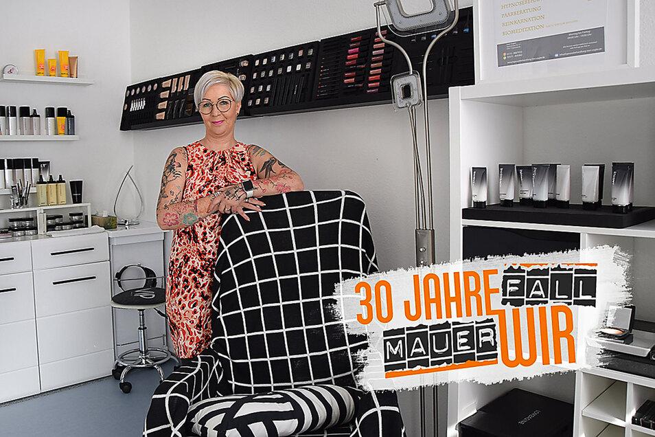 Ines Vogler in ihrem Studio, in dem sie Hautberatungen für die Firma LOMBAGINE anbietet. Wer in dem Sessel Platz nimmt, erhält eine Biomediation oder Hypnosesitzung.