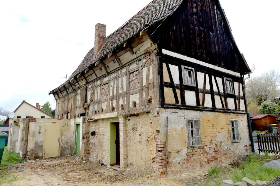 """Die """"alte Lotte"""" ist eines der ältesten Fachwerkhäuser in der Region. Nach der Sanierung der Garage geht es nun auch am denkmalgeschützten Gebäude selber mit der Sanierung los."""