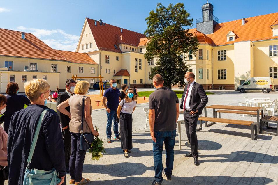 Sachsens Kultusminister Christian Piwarz (rechts) war vom Schulhaus und dem Umfeld angetan.