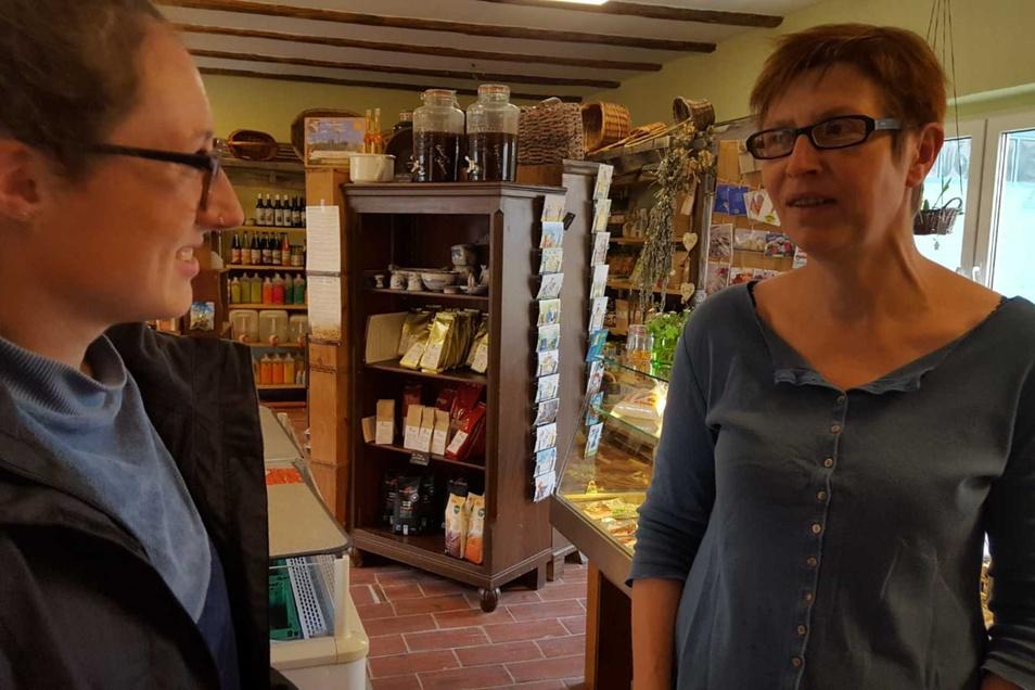 SZ-Reporterin Theresa Hellwig (l.) im Gespräch mit Ruth Tinschert, die in Nebelschütz einen Bioladen betreibt.