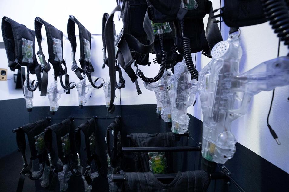 Die Ausrüstung: Jeder Spieler erhält eine mit Sensoren bepackte Weste sowie den Phaser, der Infrarot- und Laserimpulse sendet.