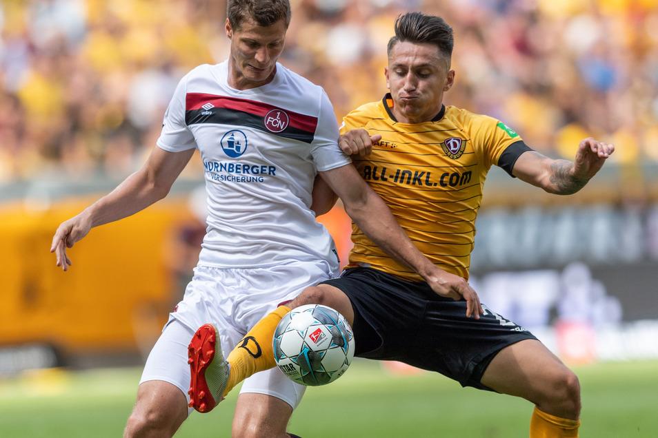 Baris Atik (r) von den Dresdner Gastgebern kämpft gegen Nürnbergs Patrick Erras um die Ball.