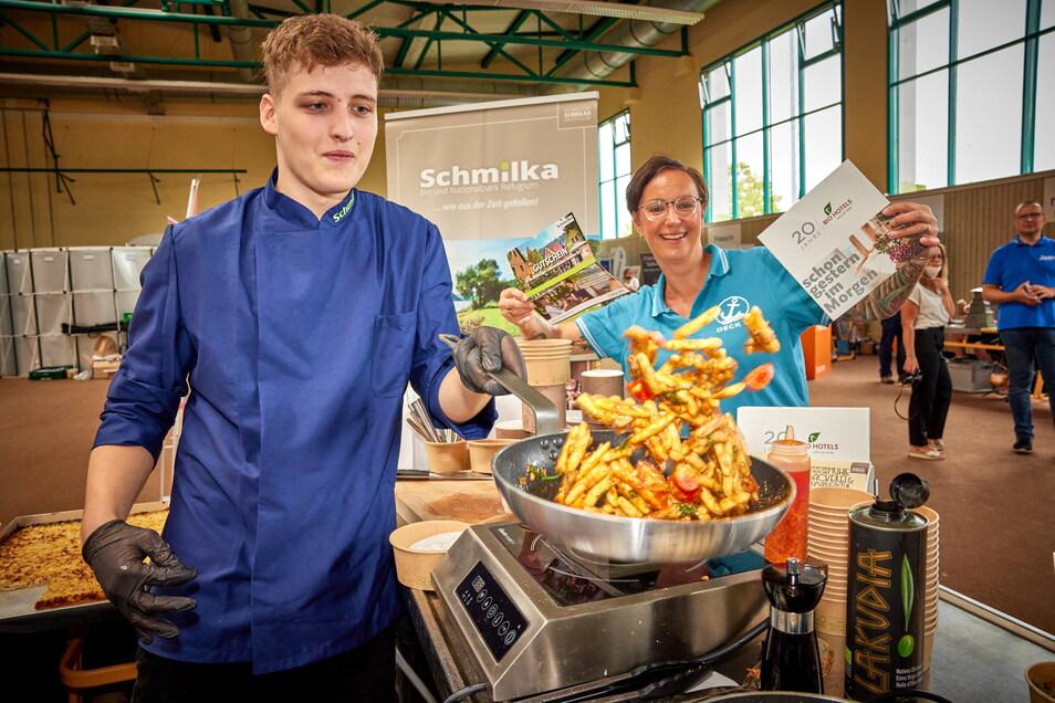 Kilian Hoyer hat den Schwung raus. Er lernt Koch im Biohotel Schmilka. Für die Bereiche der Neuland-Zeitreisen winkt Personalchefin Peggy Schindler mit einem Praktikumsgutschein.