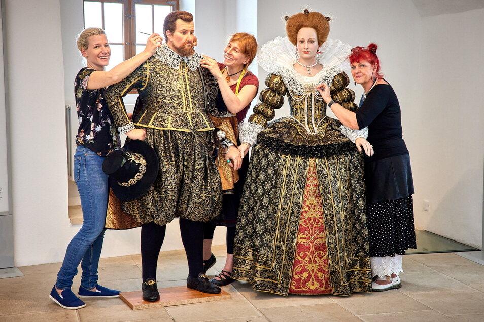 Lisa Büscher, Simone Hermsen und Ella Späte (v.l.) haben die Figuren von Kurfürst Johann Georg I. von Sachsen und Magdalena Sibylla von Preußen erschaffen.