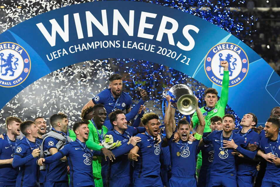 Chelseas Mannschaftskapitän Cesar Azpilicueta stemmt die Trophäe am Ende des Champions-League-Finalspiels.