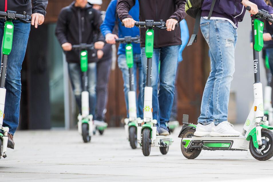 Vor allem junge Männer steigen in Dresden offenbar gerne mal angetrunken auf den E-Roller.