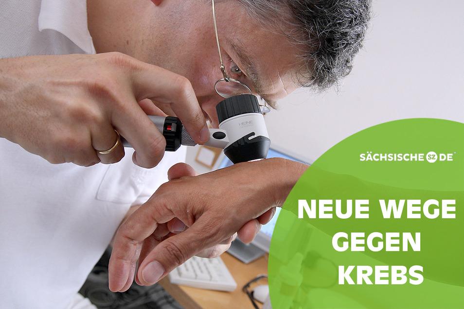 Ein Arzt untersucht die Haut einer Patientin.
