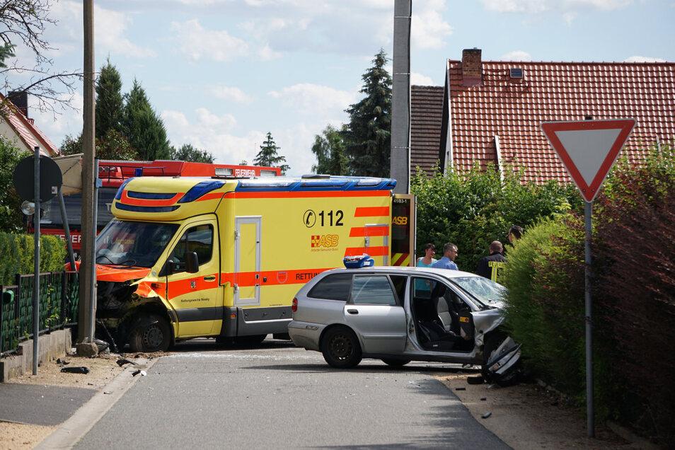 Heftig geknallt hat es Dienstagnachmittag in der August-Bebel-Straße in Niesky. Ein Rettungswagen stieß mit einem Volvo zusammen.