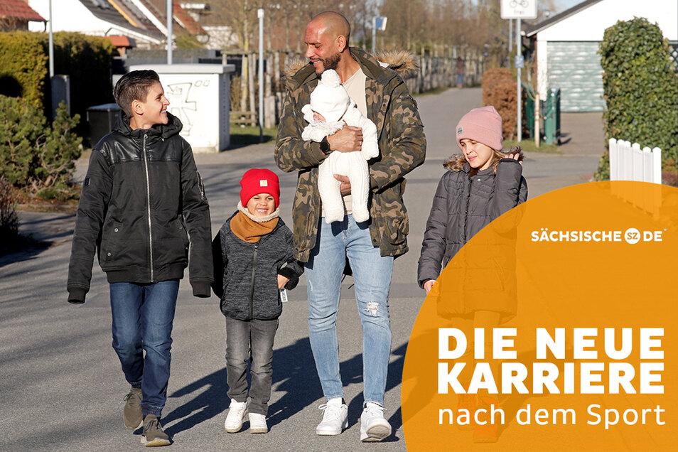 Ex-Fußball-Profi Dexter Langen mit seinen vier Kindern, Meena ist fünf Monate alt und er gerade in Elternzeit