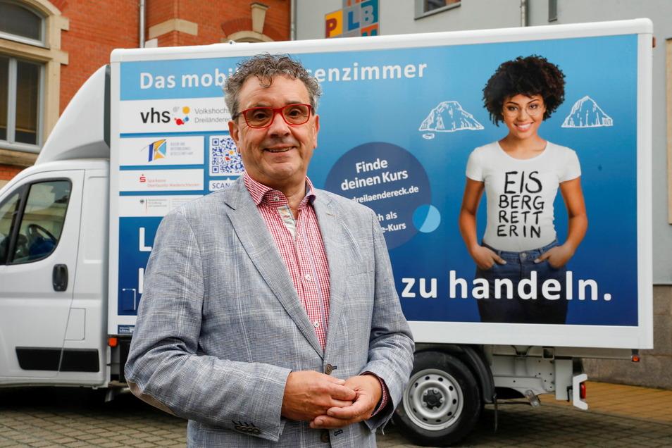 Auf dieses Auto ist Matthias Weber besonders stolz: Der Volkshochschul-Chef vor dem ersten rollenden Klassenzimmer, das auch aufs Land kommt.