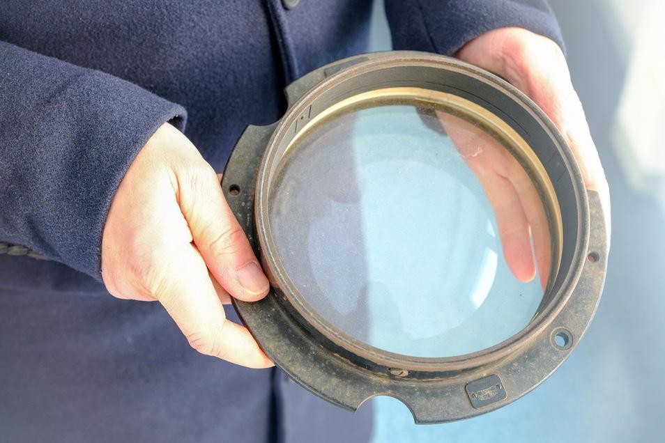 So sieht ein Objektiv am Fernrohr aus - das alte als dem Jahr 1969 (Foto) wurde gewechselt.