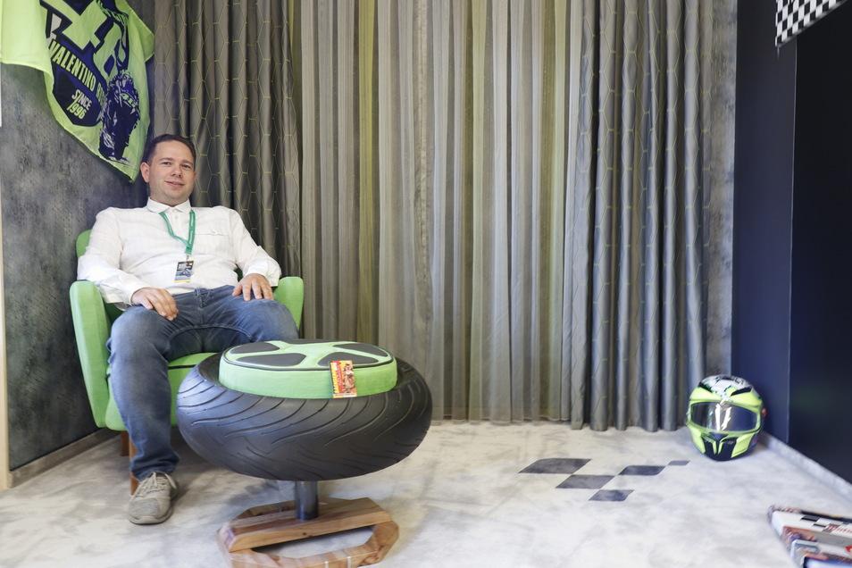 Da viele Veranstaltungen coronabedingt ausfallen mussten, holte Stefan Lehmann seine Leidenschaft ins Wohnzimmer - mit einer Motor GP Lounge.