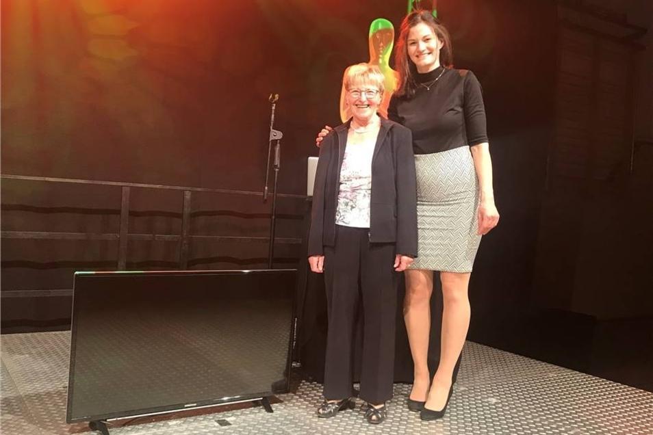 Der große Hauptgewinn, ein Fernseher vom Expert-Markt Freital ging an die 74-jährige Rentnerin Hanna Neumann aus Wilsdruff, übergeben von Glücksfee Maxi Just.