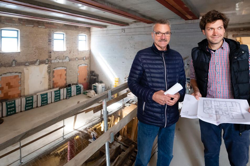 Dort, wo Olaf Matz, Projektleiter der Bauarbeiten im Bautzener Kino, und Architekt Manuel Stein stehen, entstehen gerade die neuen Kinosäle sechs und sieben. Mehr als 100 Leute sollen darin Platz finden.