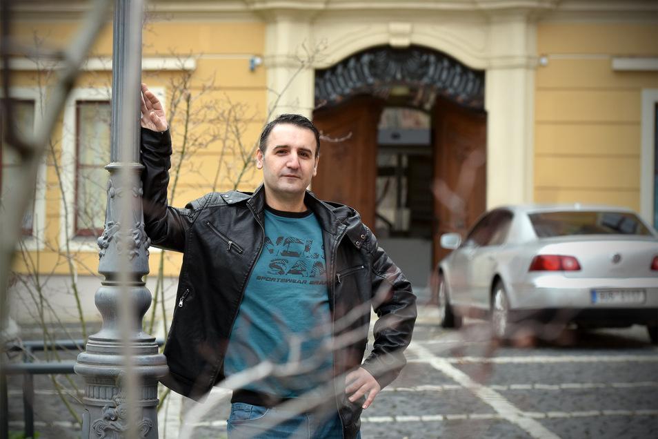 Besitzer Sehmus Ceylan vor dem Eingang seines Restaurants auf der Neustadt.