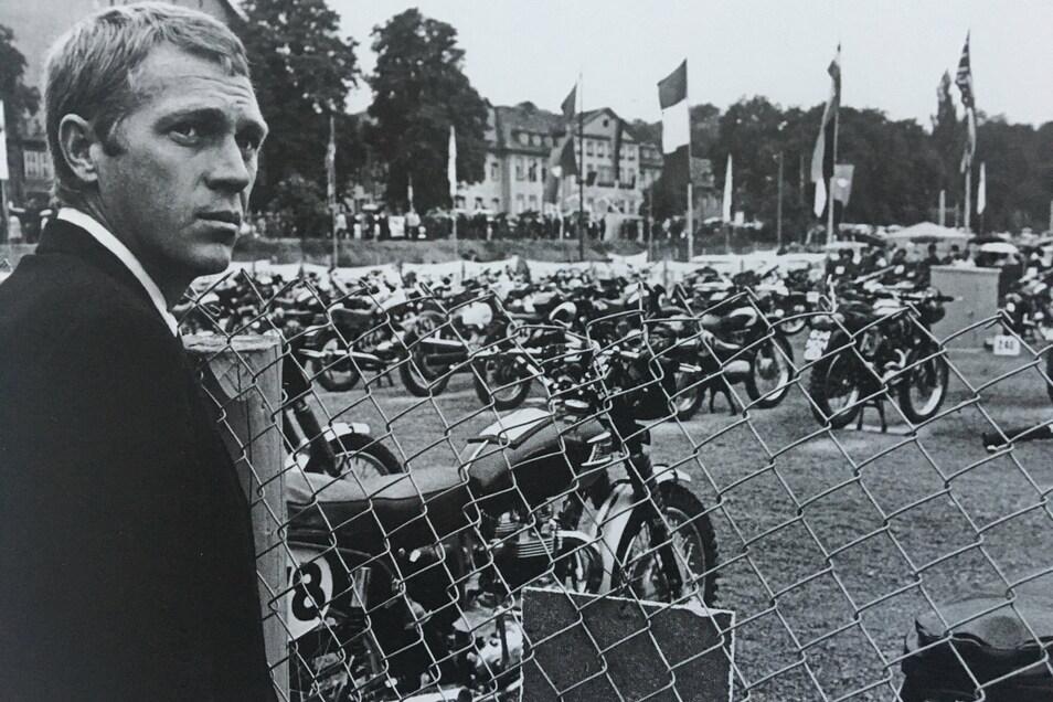 Prominenter Besuch in der DDR: US-Filmstar Steve McQueen startet 1964 bei den Sixdays in Erfurt – hier schaut er aufs Fahrerlager.