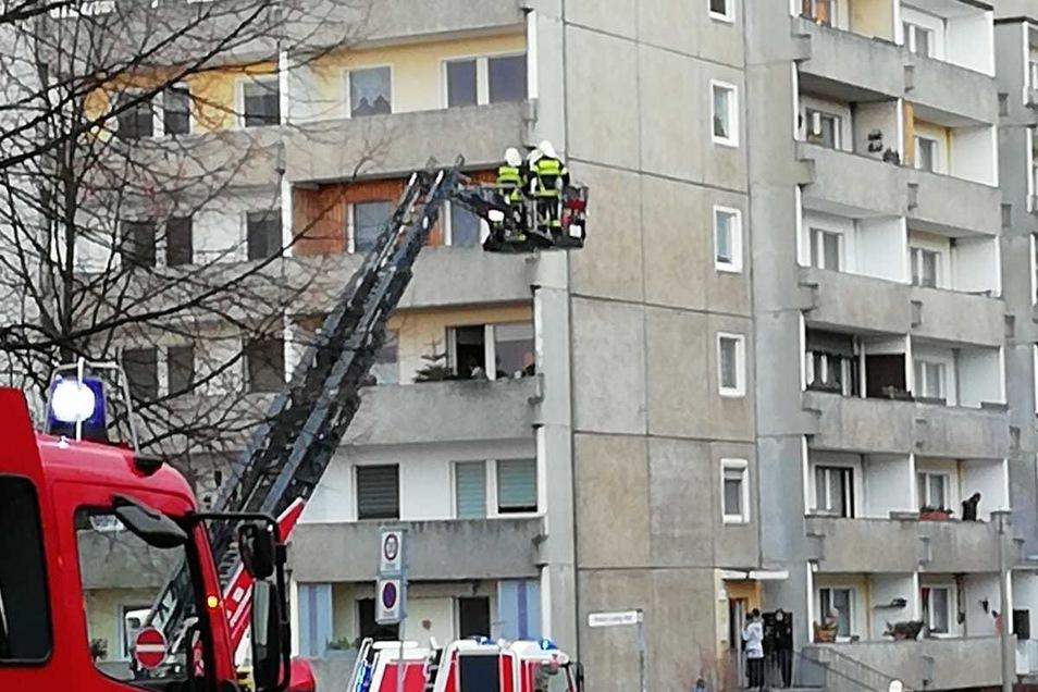 Einsatz in Königshufen: Kameraden der Feuerwehr löschten Mittwochnachmittag brennenden Müll auf einem Balkon.
