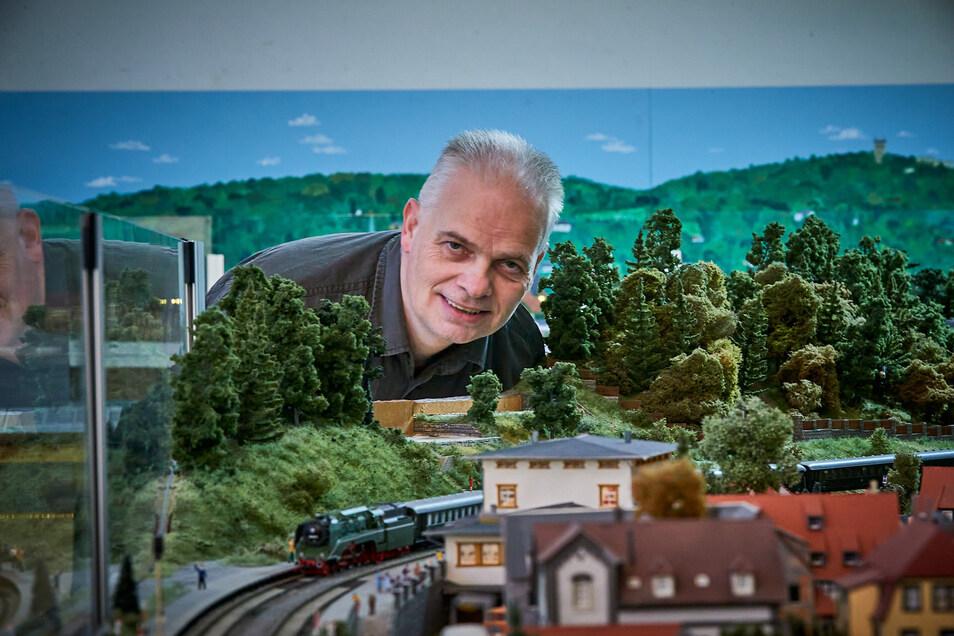 Vereinschef Holger Prescher im Miniaturelbtal in Königstein.