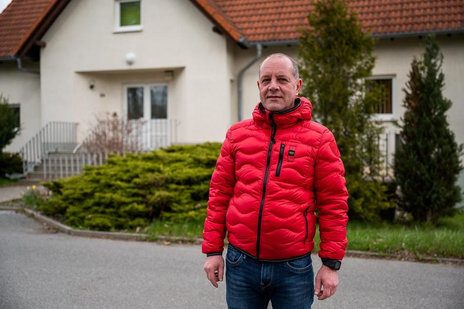Mike Tralls steht vor der ehemaligen chirurgischen Tagesklinik in Holtendorf. Er hat das Gebäude gekauft.