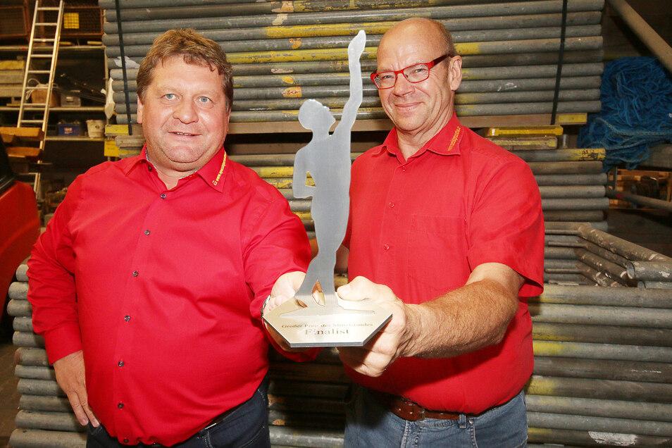 """Der """"Große Preis des Mittelstandes"""" ist der erste Preis, den die Geschäftsführer der Gemeinhardt Gerüstbau Service GmbH Dirk Eckart (links) und Walter Stuber für ihre Mitarbeiter entgegennehmen konnten."""
