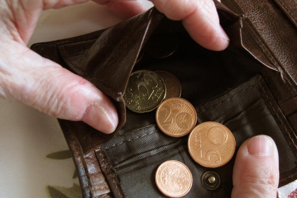In Sachsen sind im vergangenen Jahr mehr Menschen unter die Armutsgefährdungsschwelle gerutscht.
