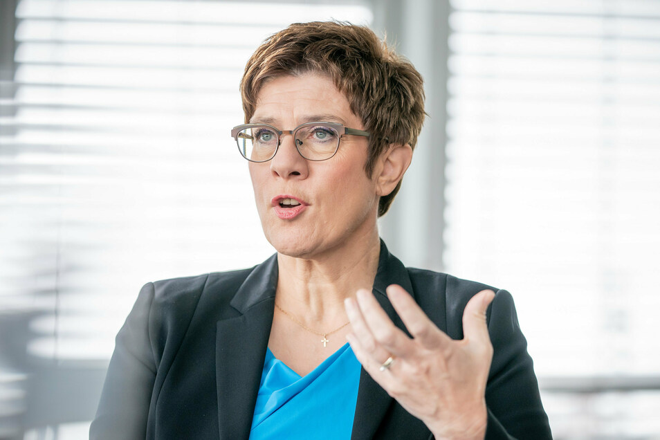 Verteidigungsministerin Annegret Kramp-Karrenbauer (CDU) hat wie auch Merkel (CDU) und Außenminister Heiko Maas (SPD) Fehleinschätzungen der Lage in Afghanistan eingeräumt.