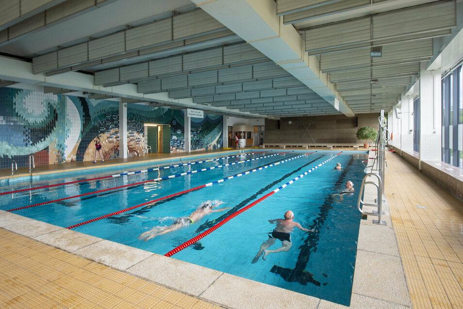 Nach monatelanger Schließung erwartet die Schwimmhalle in Radebeul wieder Besucher. Bislang ziehen nur wenige Badegäste ihre Bahnen. Im großen Becken dürfen sich bis zu 52 Schwimmer maximal tummeln.
