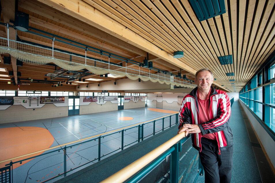 Der Vereinschef der SG Motor Wilsdruff, Mario Gnannt, steht in der bekanntesten Wilsdruffer Turnhalle, der Saubachtalhalle. Deren Nutzung wird für Freizeitsportler ab 2022 ein wenig teurer.