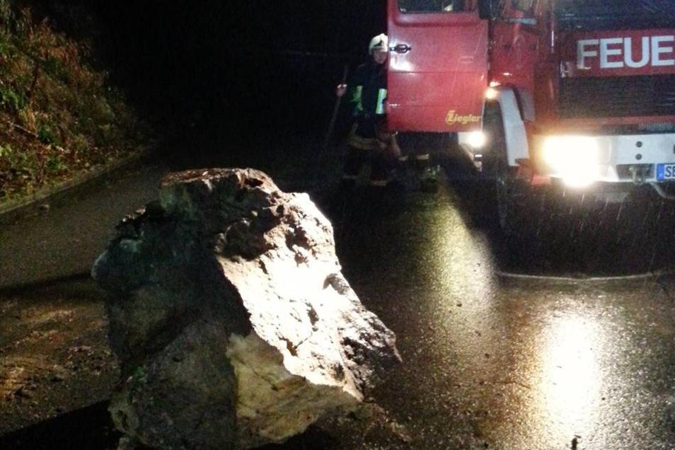 Zum Glück blieben aber Schäden aus. Ein Autofahrer hatte den Steinschlag bemerkt - und die Polizei informiert.