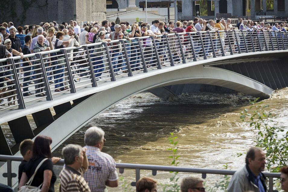 Die Wassermassen lockten am 8. August 2010 viele Schaulustige auf die Altstadtbrücke in Görlitz.
