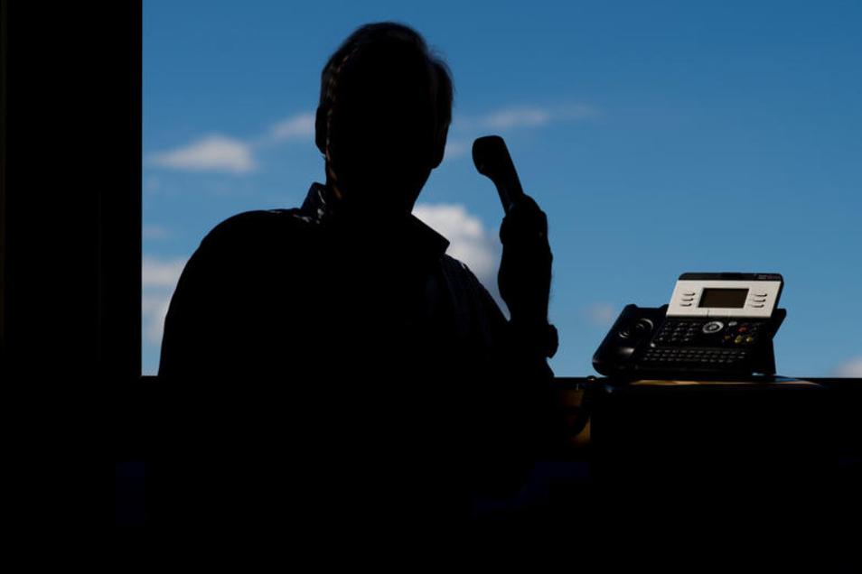 Falsche Polizisten setzten einen Rentner am Telefon unter Druck. (Symbolbild)