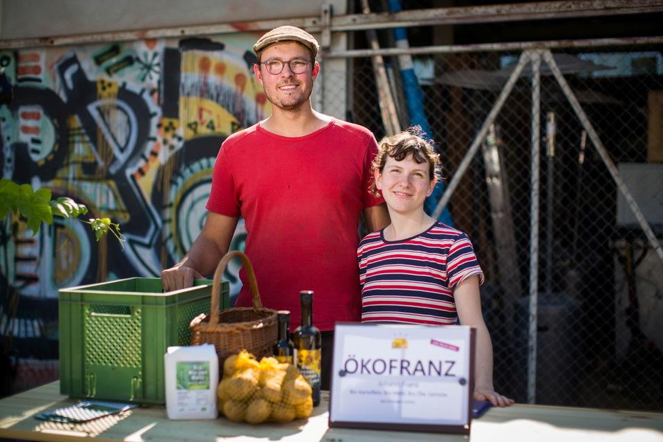 Johann Franz und Clara Baumgart bieten auf dem Markt in Pieschen Lebensmittel aus eigenem Anbau am Stadtrand von Dresden an.