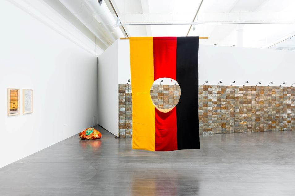"""Nanu, hier fehlt doch was?! Die Arbeit von Georg Herold entstand 1990 und trägt den seltsamen Titel """"Weil sie zwischen den Beinen anders aussehen (German Problem - Not Yours)""""."""