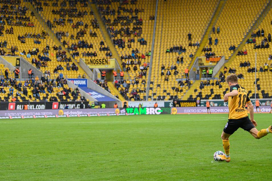 An leere Ränge im Harbig-Stadion wird man sich gewöhnen müssen. Die Vergabe der wenigen Tickets regelt Dynamo nun neu.