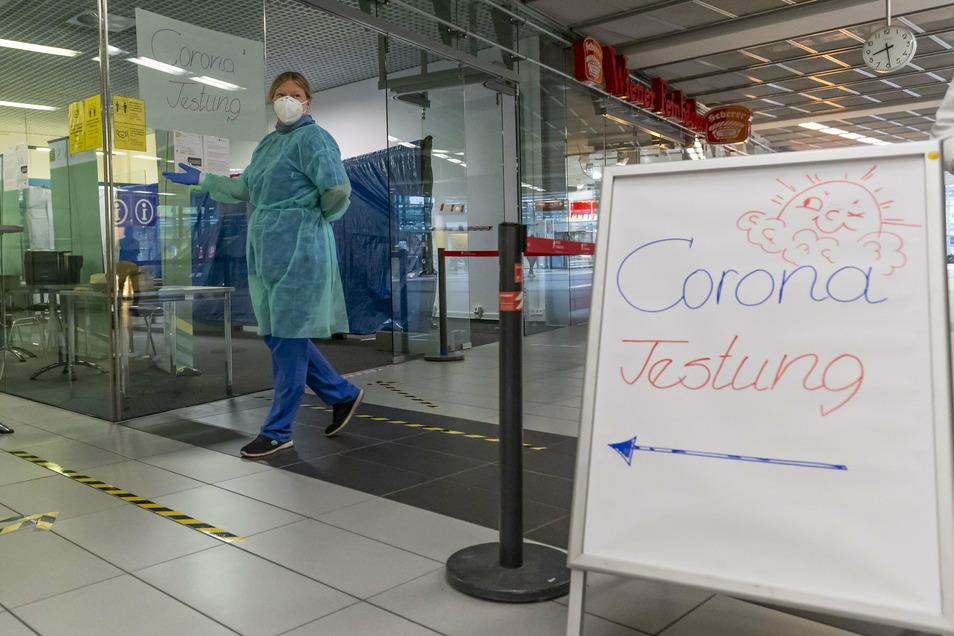 Corona-Testcenter am Flughafen Dresden: Das Interesse ist deutlich gestiegen, seit die Tests kostenlos sind. Das stellt die Kassenärztliche Vereinigung vor Herausforderungen.