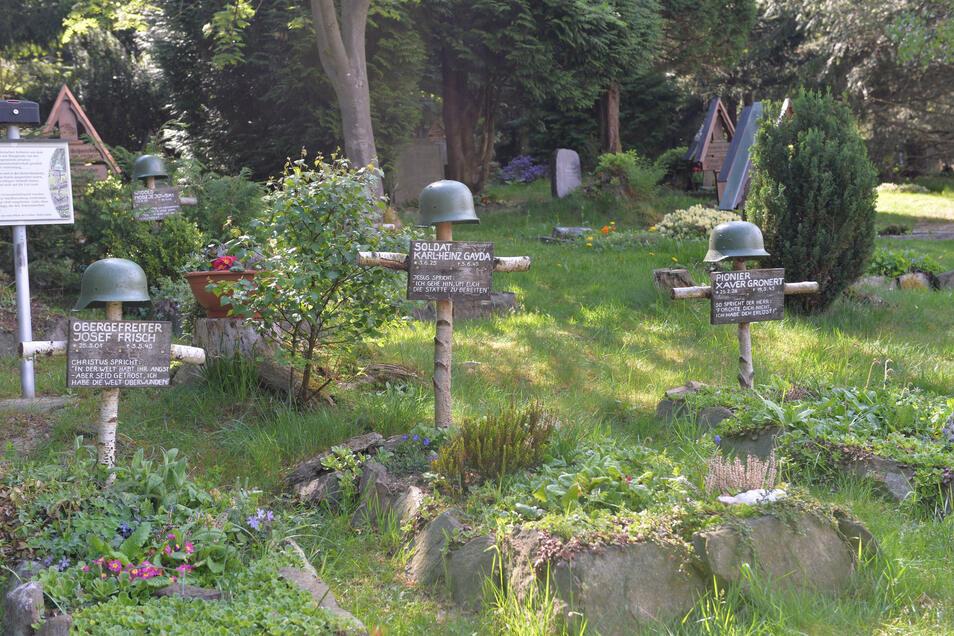 In Oberbärenburg stehen einfache Birkenkreuze, die an die gefallenen Soldaten im Zweiten Weltkrieg erinnern.