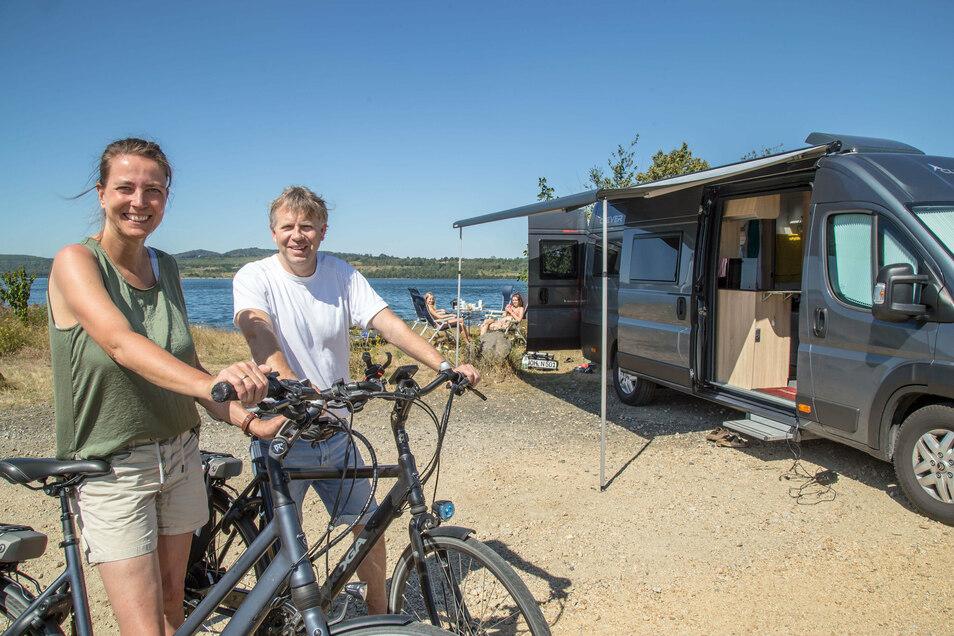 Heidrun und Thomas Nerlinger aus Grafschaft Bentheim in Niedersachsen machen mit ihren Töchtern, Hund und Campingbus Station am Berzdorfer See.