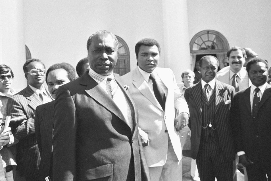 1980: Daniel arap Moi (Mitte l) trifft den ehemaligen Schwergewichtsmeister Muhammad Ali (M).